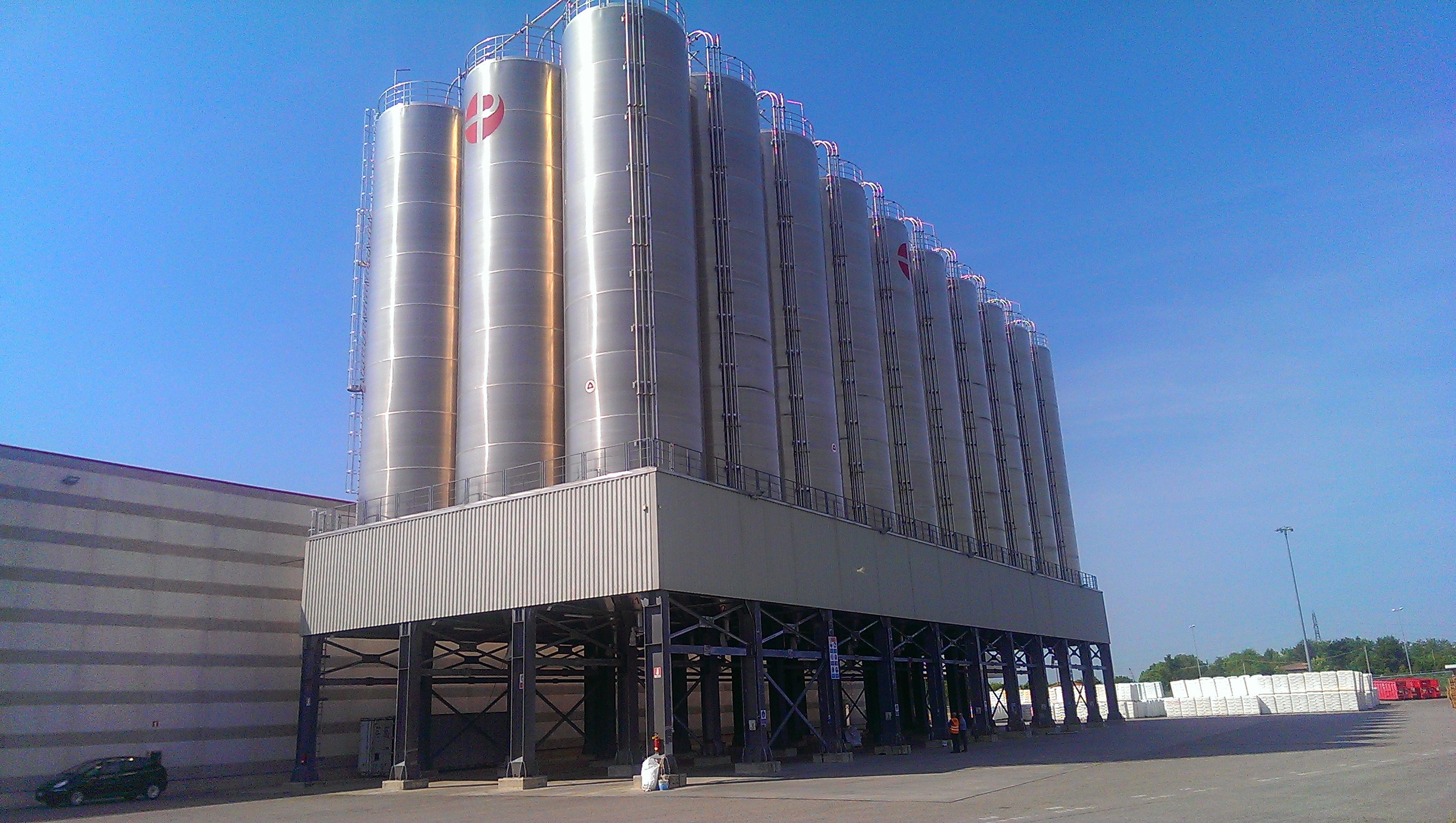 LARGE STORAGE PLANTS FOR RAW MATERIAL DISTRIBUTORS
